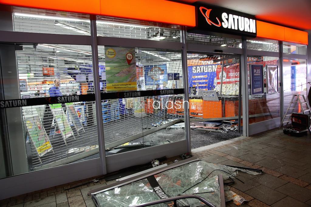 Spektakulärer Blitzeinbruch in Iserlohn – Mit Pkw in Saturn-Markt gerast