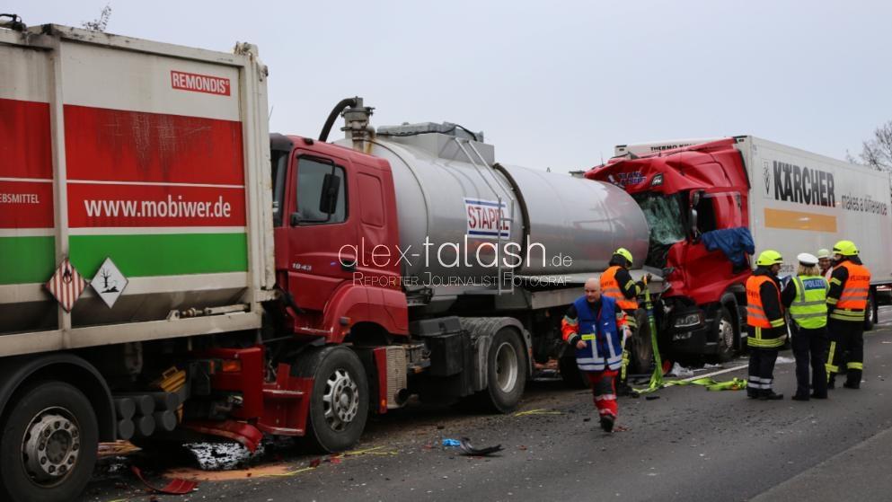 Unfall mit vier Lkw – Fahrerin lebensgefährlich verletzt