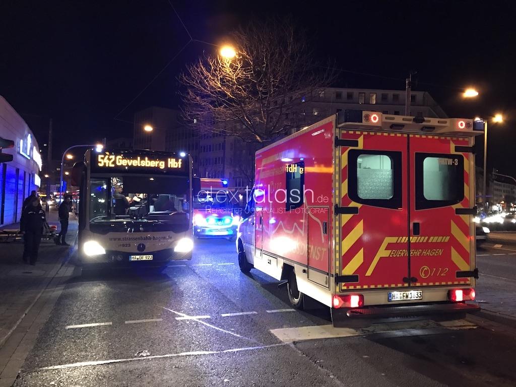 Radfahrer zwingt Bus zu Vollbremsung – drei Fahrgäste schwer verletzt – Radfahrer flüchtet