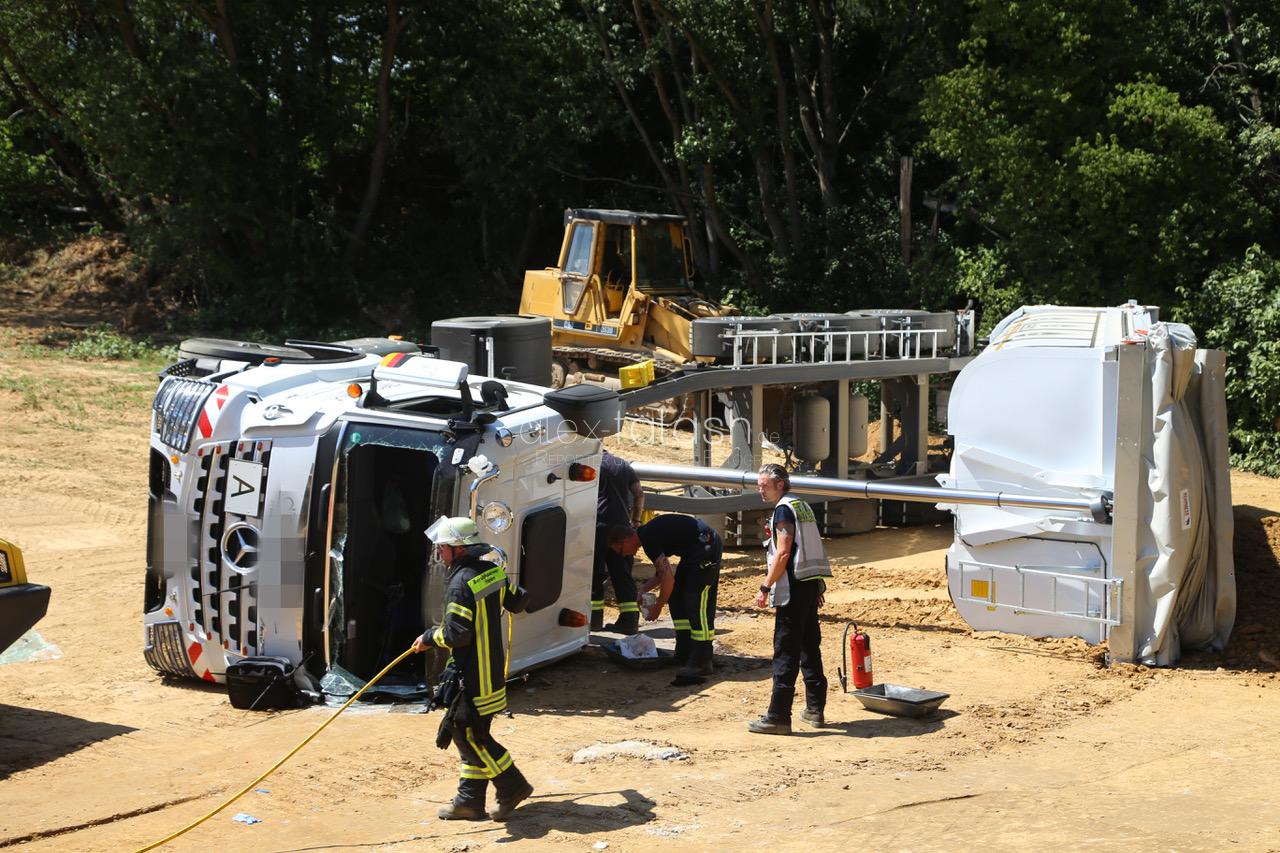 Muldenkipper kippt auf Baustelle um – Fahrer schwerverletzt