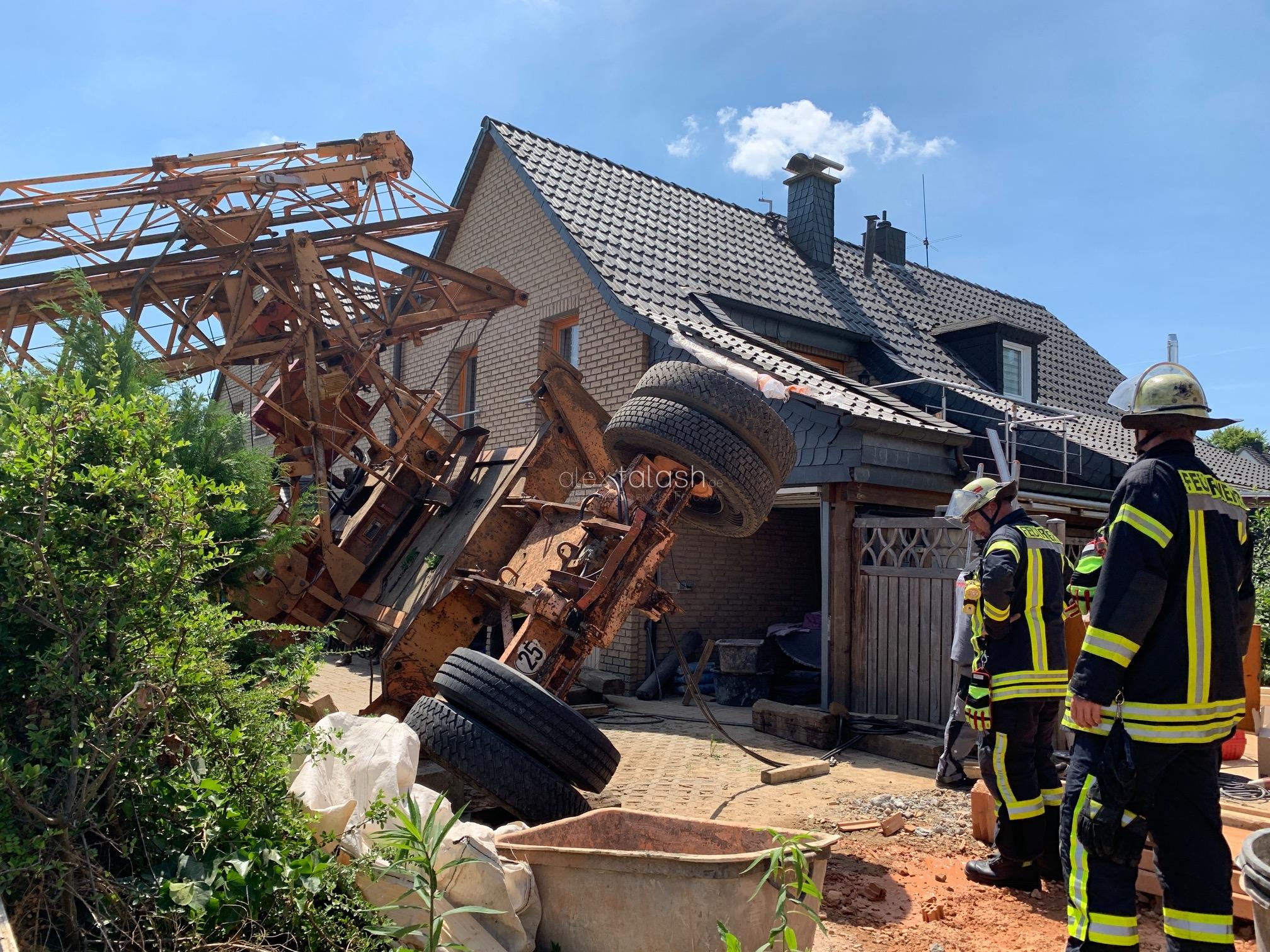 15 Meter hoher Baukran beim Abbau kippt in Hagener Vorgarten