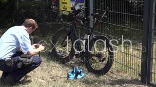 Rennradfahrer gerät unter Anhänger und verletzt sich schwer