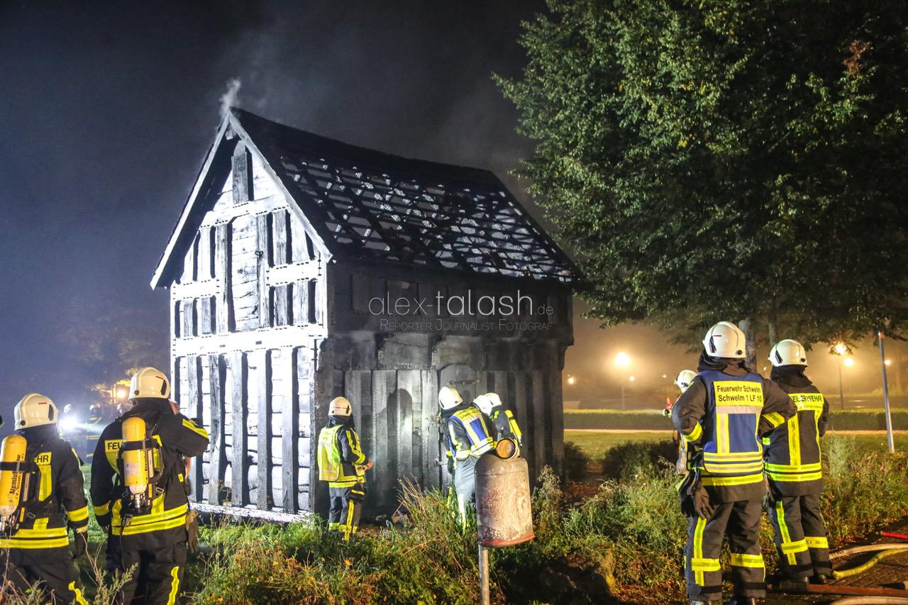 Historischer Kornspeicher auf Schlossgelände brennt aus
