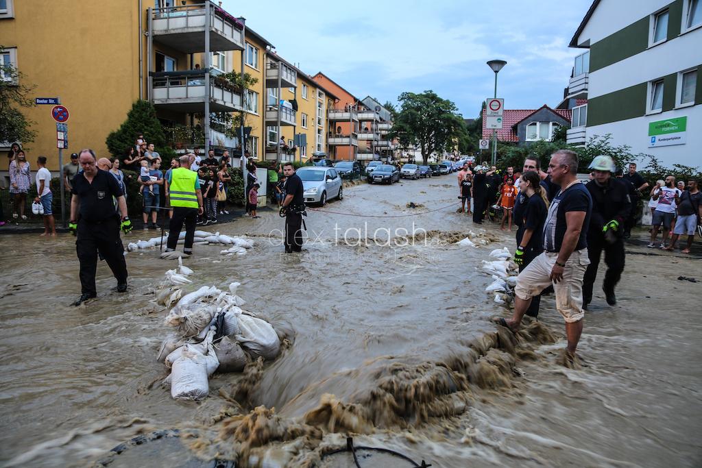 Nach Wasserrohrbruch: Flutwelle setzt Straßenzüge und Häuser unter Wasser