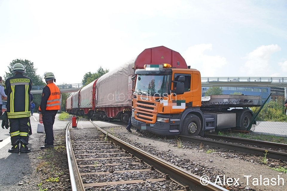 Zusammenstoß zwischen Güterzug und LKW