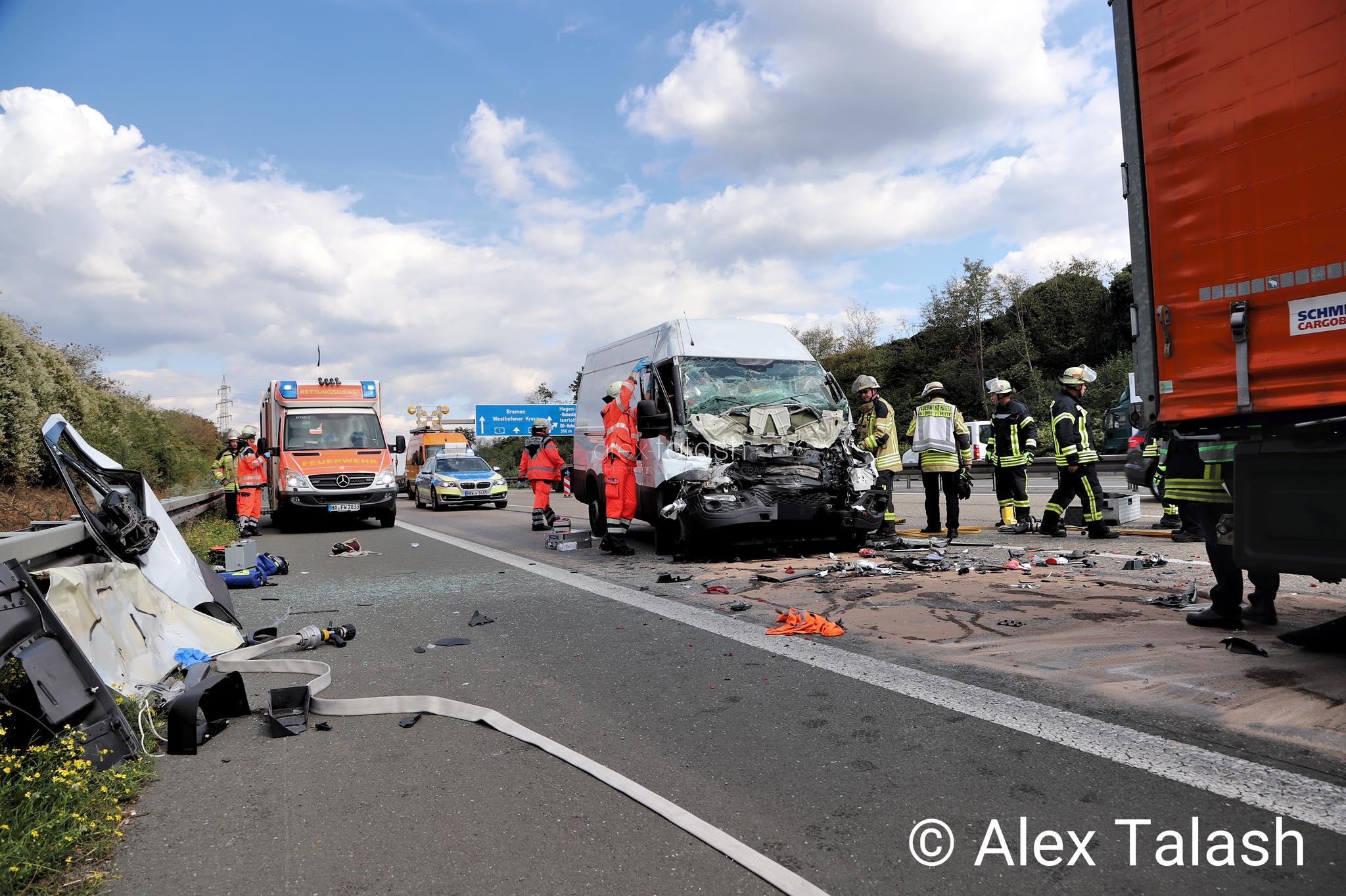Unfall auf der A1: Transporter kollidiert mit Lkw