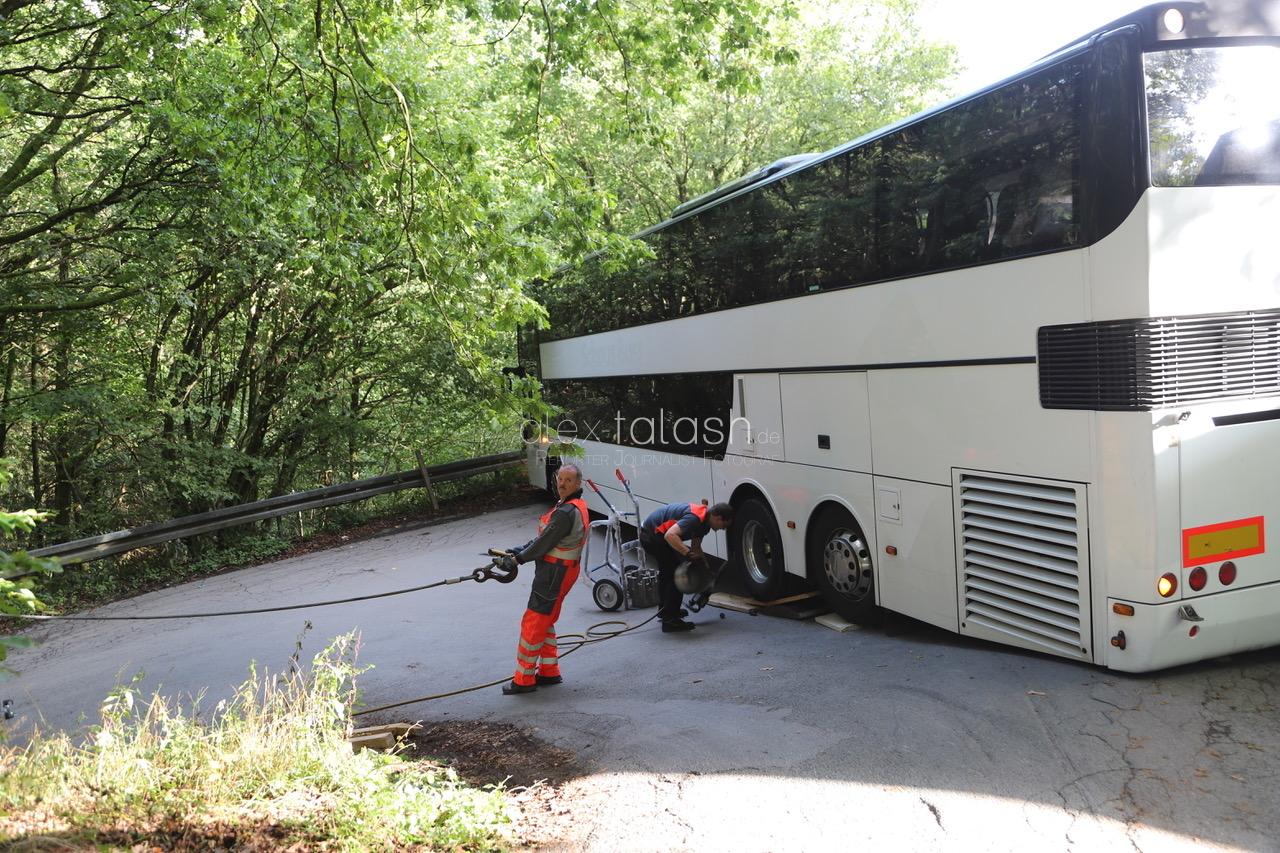 Auf Navi vertraut: Reisebus bleibt stecken – Kein Vor und kein Zurück