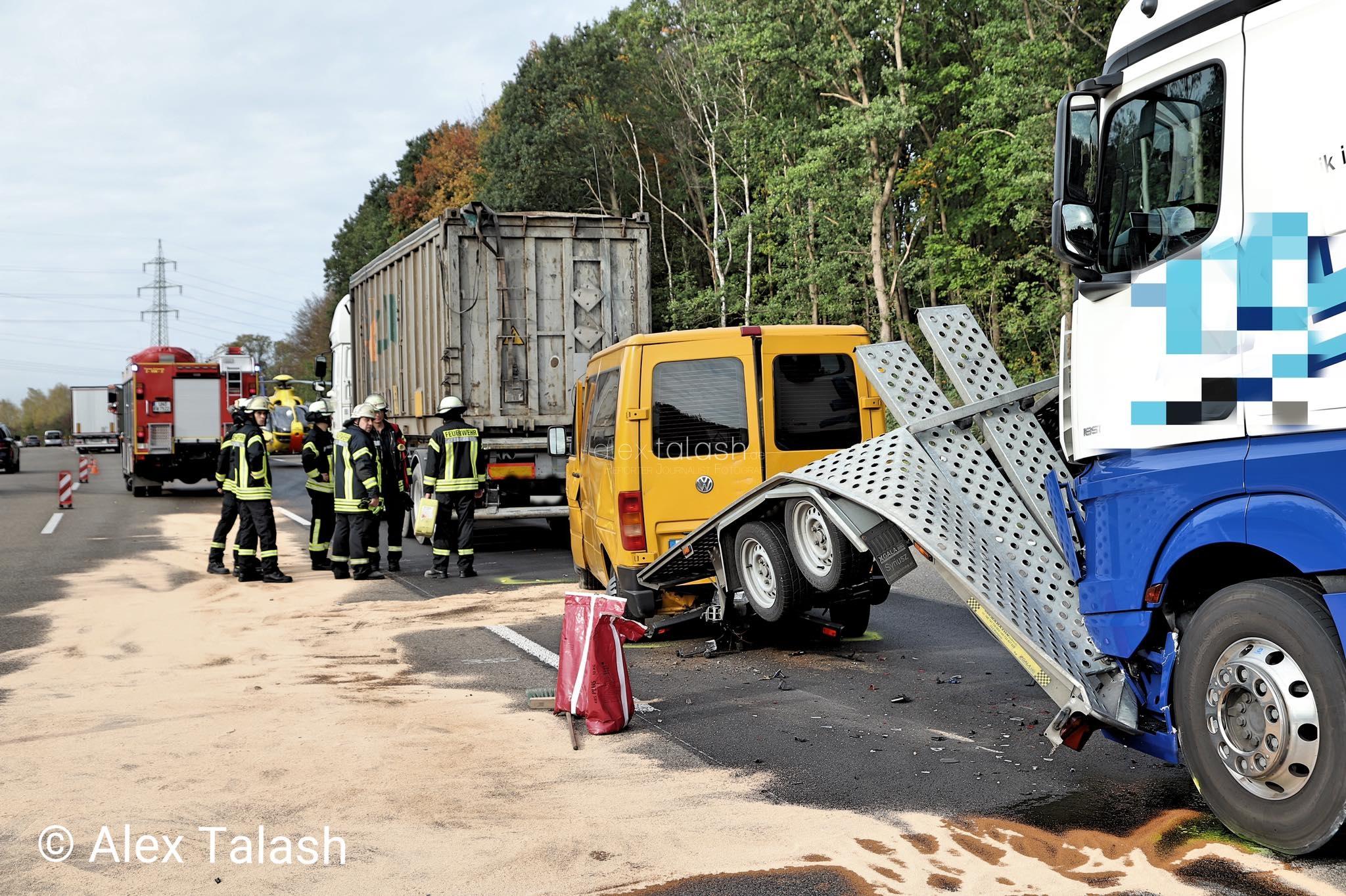 Kleinbus gerät bei Verkehrsunfall zwischen zwei Lkw