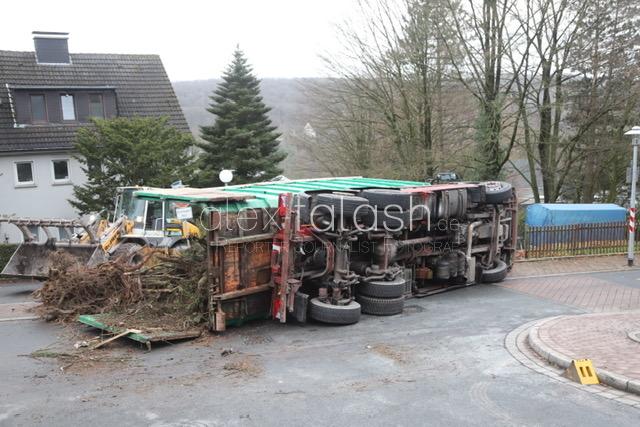 Laster mit Grünabfällen kippt in Herdecke um