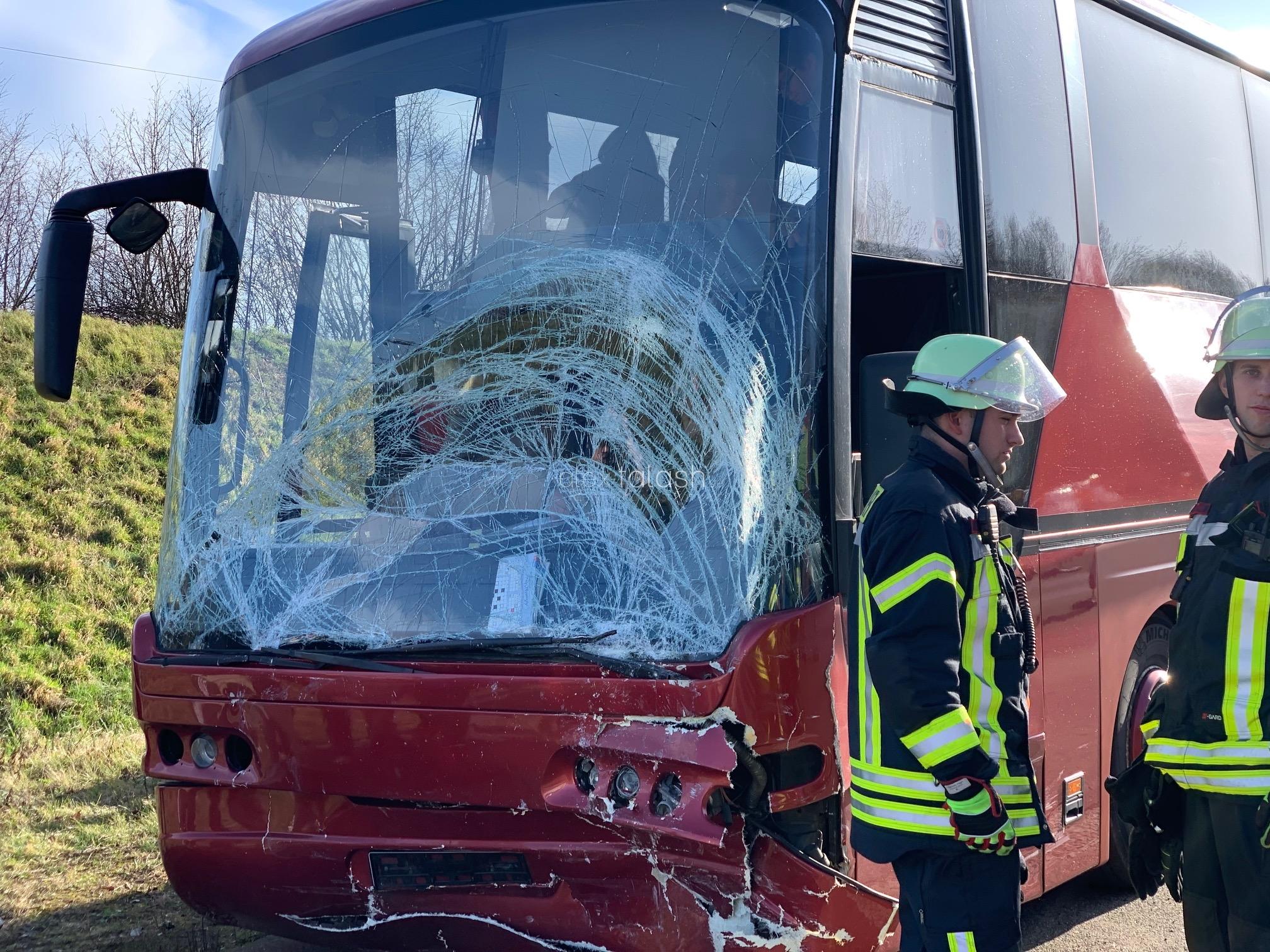 Reisebus kracht in Stauende – Polizei ermittelt gegen Fahrer