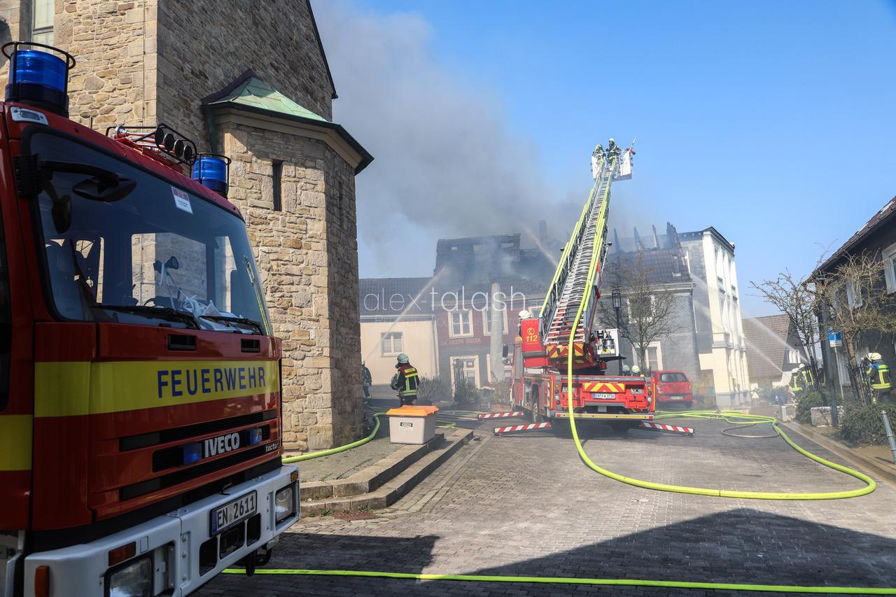 Brand in der Hattingener Altstadt – Dachstuhl steht in Flammen – Ortskern verraucht