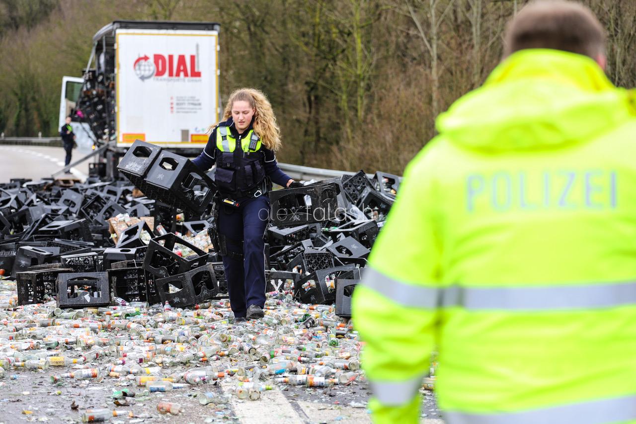 Autobahn voller Scherben – Lkw verliert Getränkekisten auf der A46 – Lkw-Fahrer unter Einfluss von Drogen am Steuer: 800 Kisten Leergut auf Autobahn verloren