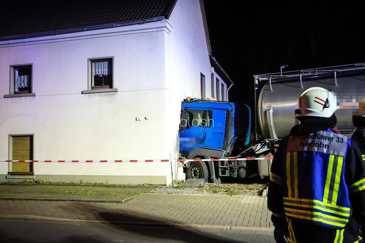 Gülle-Transporter fährt gegen Hauswand