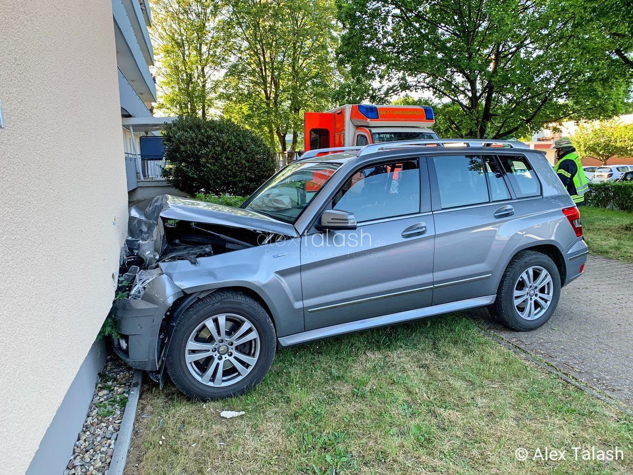 Senior (88) kracht mit Auto in Hauswand – Zwei Schwerverletzte