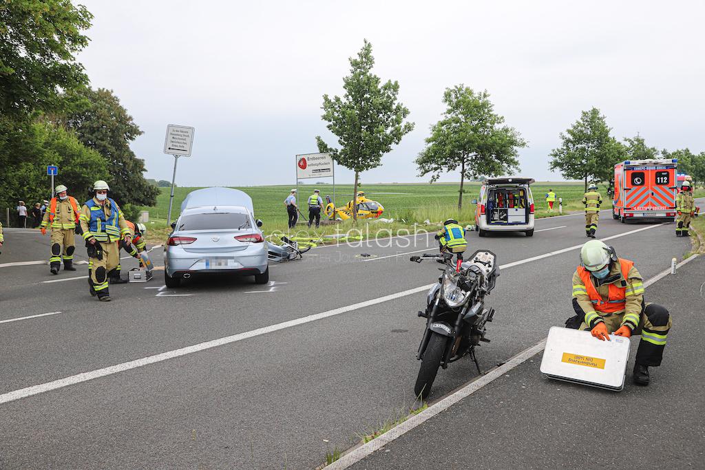 Motorrad-Fahrer (22) kracht in Auto – Lebensgefahr!