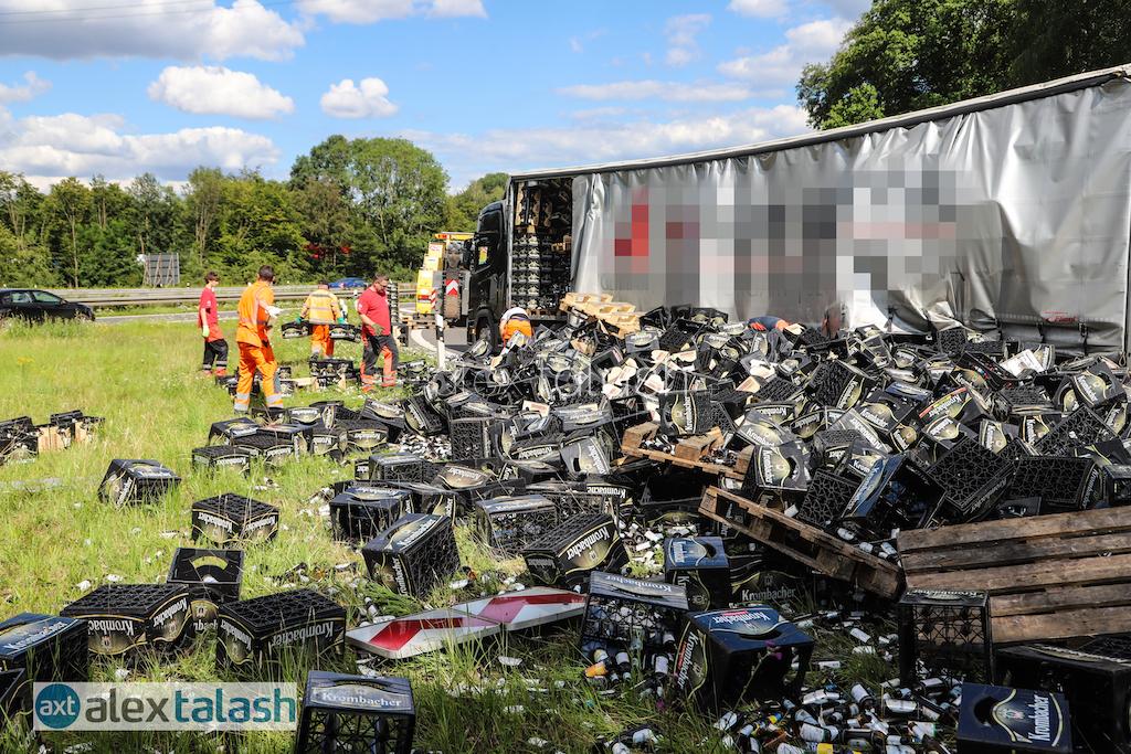 Chaos im Autobahnkreuz: Lkw verlieren Ladung