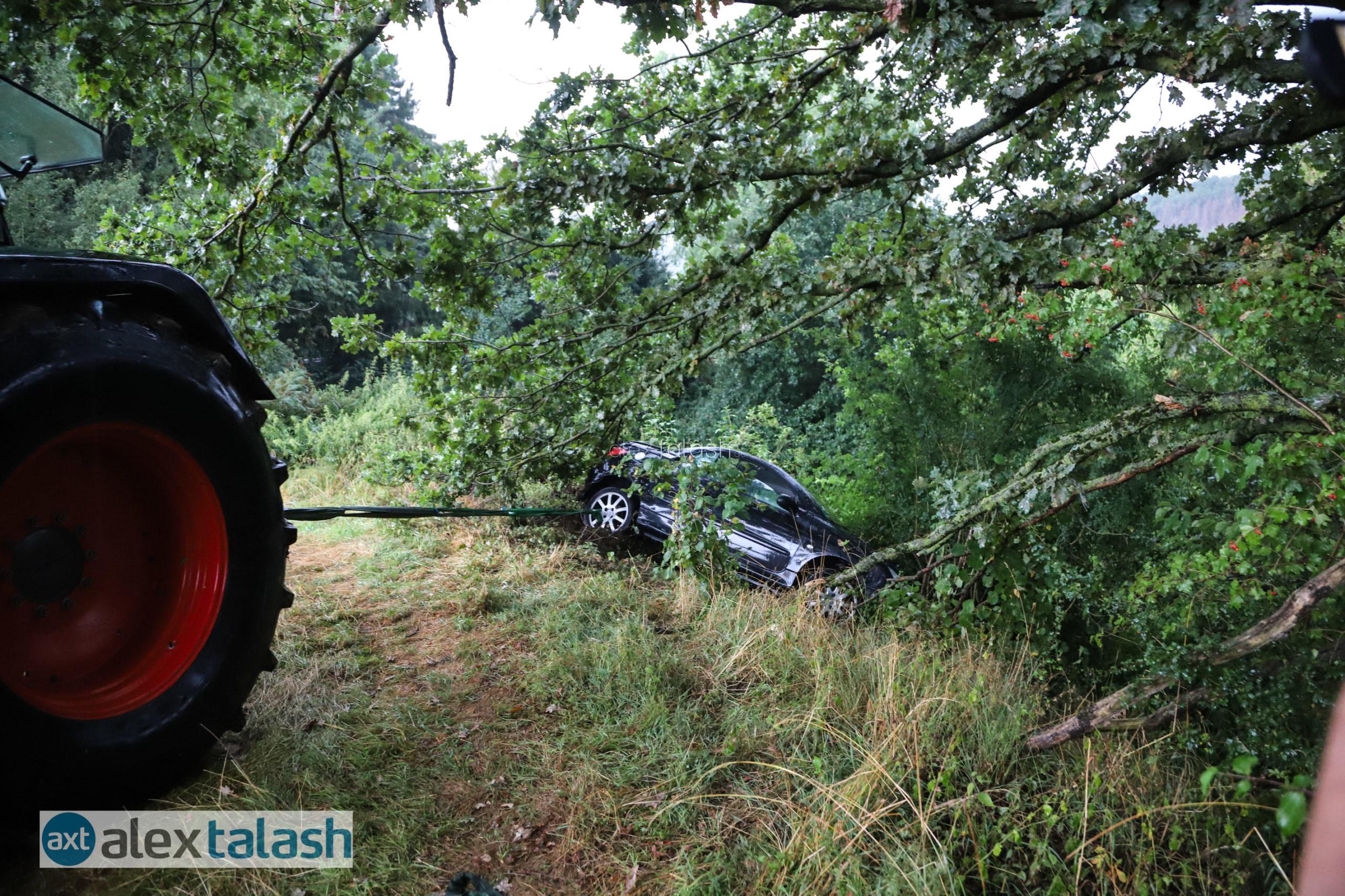 Auto rauscht Hang hinab – Fahrerin flüchtet – Aufwendige Bergung mit Traktor