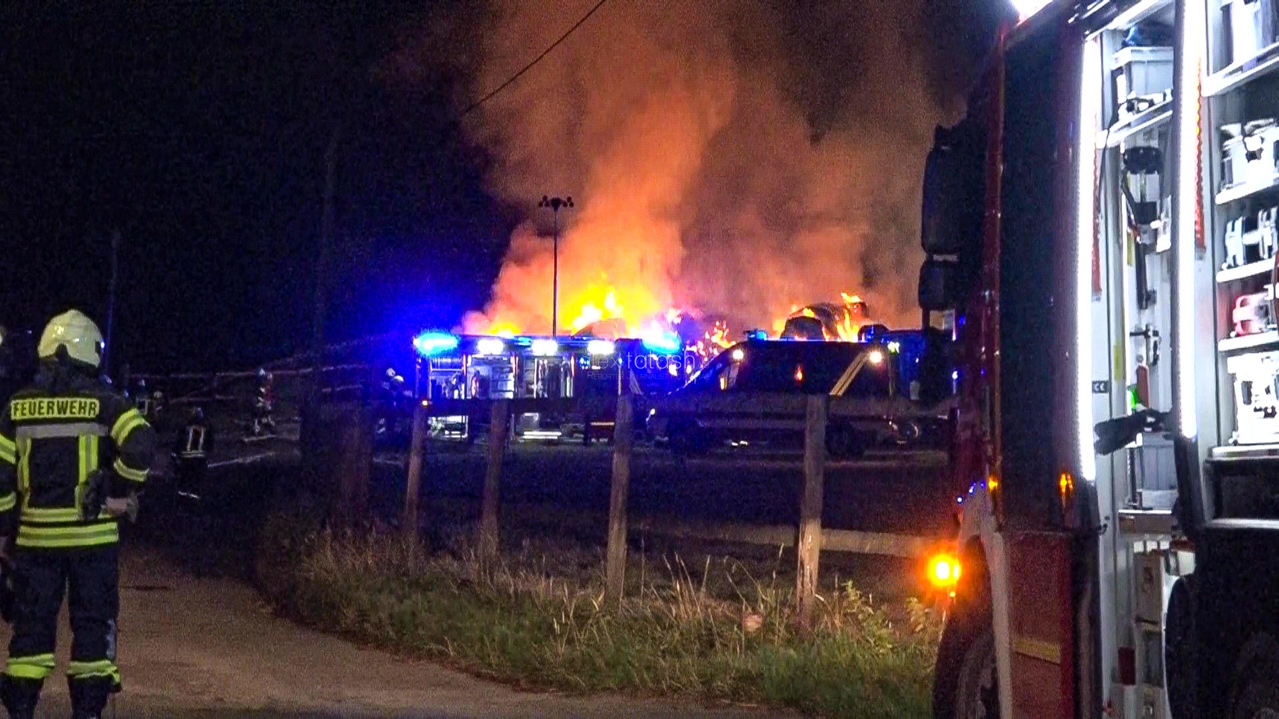 400 Strohballen neben der A43 in Flammen