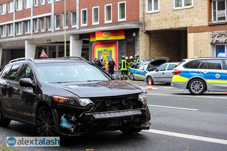 Zwei Verletzte bei Unfall mit Streifenwagen auf Einsatzfahrt