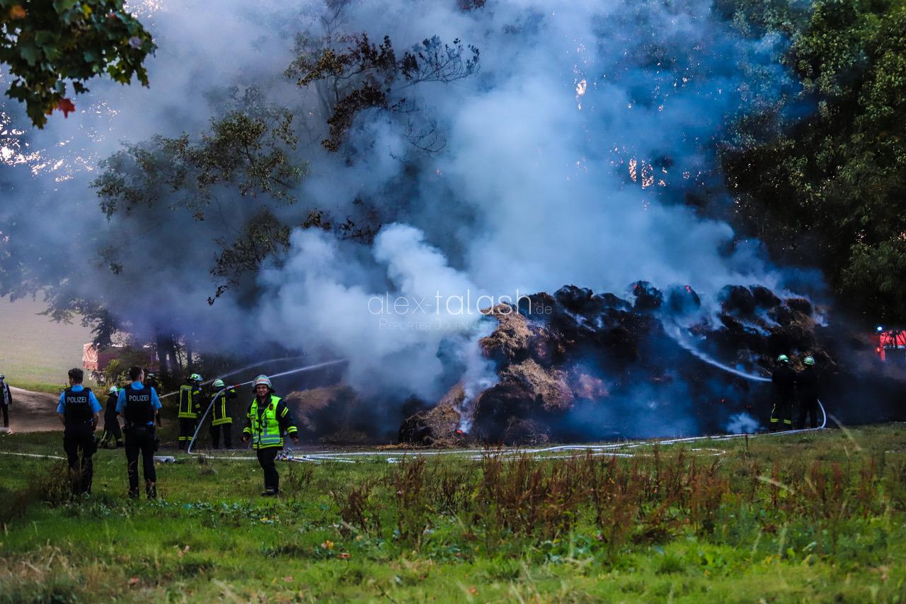 Riesige Strohmiete in Flammen – 150 Feuerwehrleute im Einsatz