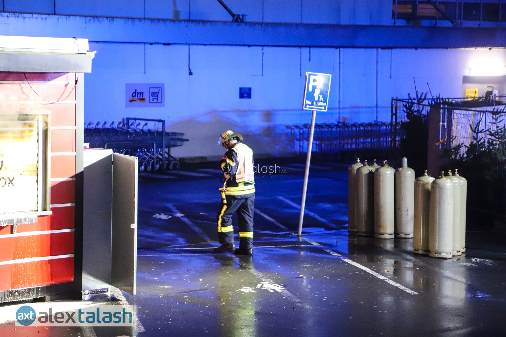Brandstiftung: Imbissbude vor Real-Markt ausgebrannt