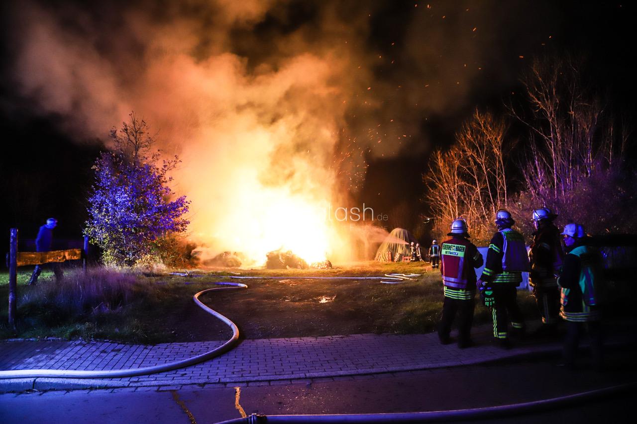 Strohballen in Flammen – Winterfutter für die Pferde verbrannt