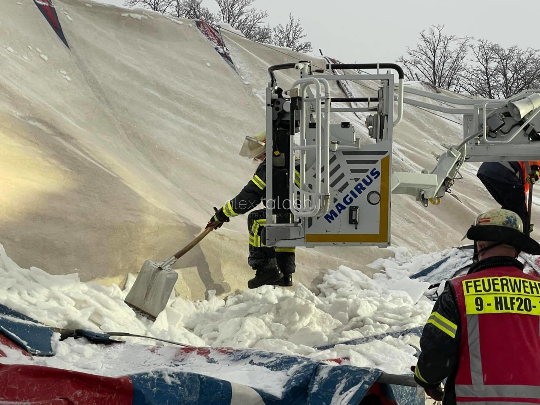 Zirkuszelt kracht unter Schnee zusammen